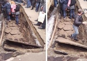 Два ведомства обвиняют друг друга в обрушении железнодорожной платформы в Киеве