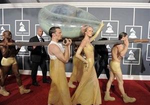 Lady GaGa прибыла на церемонию Грэмми в яйце