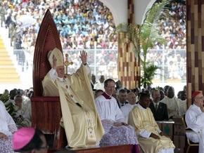 На мессу Папы Римского в Африке собрались 60 тыс. человек