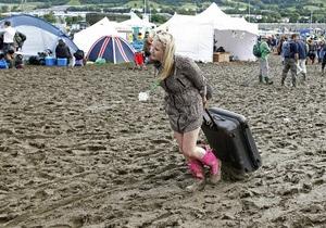 Фотогалерея: Фаны грязи не боятся. Дождливая погода подпортила открытие Гластонбери-2011