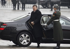 АР: Украинский президент Янукович отправляется на Запад, но смотрит на Восток