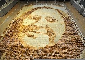 Британская художница сложила портрет свекрови из хлеба