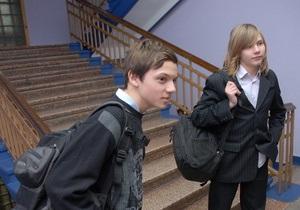 Родители школьников требуют, чтобы украинские дети изучали теорию о создании Земли богом