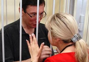 Луценко выступает против замены в судах металлических клеток на стеклянные
