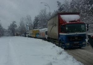 Между Киевом и Вышгородом образовалась пробка из-за застрявшего в снегу грузовика - снег - погода