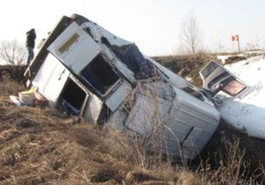 В Хмельницкой области опрокинулся микроавтобус: семеро человек попали в больницу