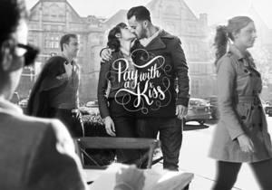 Австралийское кафе предлагает посетителям оплатить заказ поцелуем