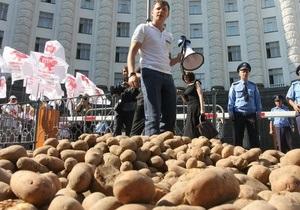 Перед зданием Кабмина рассыпали более полутоны картошки, протестуя в защиту национального производителя
