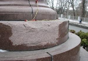 СМИ: Памятник Щорсу в Киеве разваливается