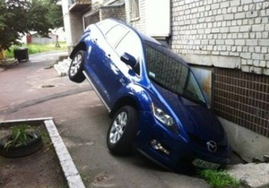 Жительница Киева  припарковала  внедорожник в подвале высотки