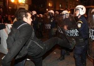 В Афинах сотни демонстрантов пытались прорваться к зданию минфина Греции