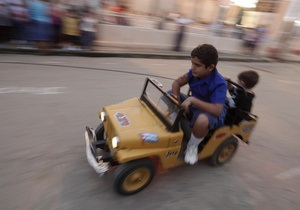 Британца лишили водительских прав за езду пьяным за рулем игрушечной машины