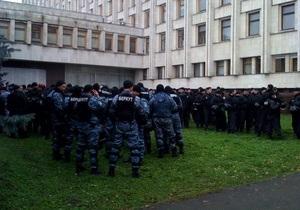 Беркут усилил охрану ЦИК, у здания которого начался митинг оппозиции