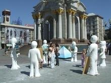На Майдане в Киеве появились говорящие фигуры