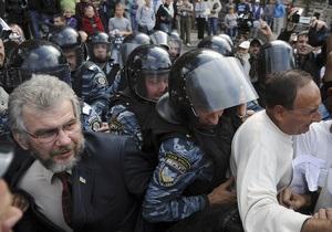 Сторонники Тимошенко заблокировали выезд из суда. МВД заверяет, что слезоточивый газ не применяли