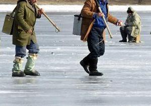 В Запорожской области спасатели 3,5 км несли рыбака, у которого на льдине случился инсульт