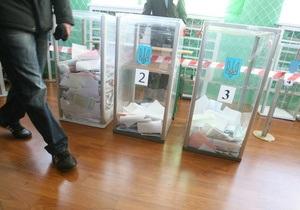В Одессе члены избиркома, отмечая завершение голосования, сломали урну для бюллетеней