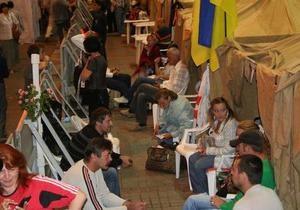 Возле палаточного городка сторонников Тимошенко на пешеходной части Крещатика разбирают металлические щиты