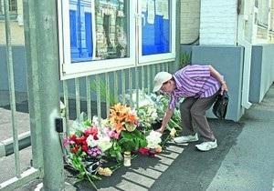 Украинцы продолжают нести цветы к посольству Норвегии в Киеве