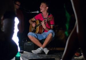 В Симферополе возле Вечного огня молодежь устроила концерт с содержащими ругательства песнями