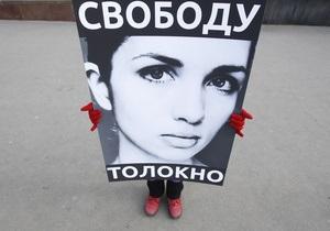 У здания суда, где оглашается приговор Pussy Riot, задержаны десятки протестующих