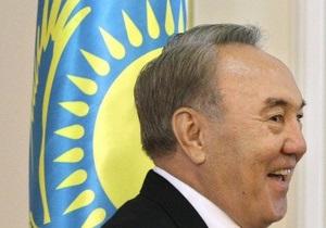 Янукович преподнес Назарбаеву на день рождения орден Свободы