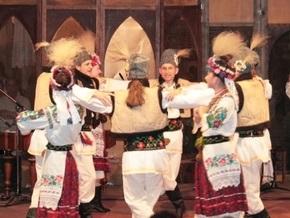 Украинскому ансамблю пришлось танцевать под посольством Британии. Но виз им так и не выдали