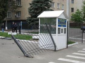 В Сумах нетрезвый россиянин протаранил ворота горуправления МВД