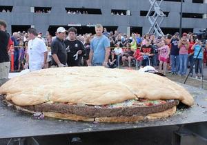 В США приготовили самый большой чизбургер в мире