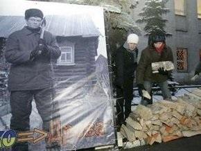 Движение Наши принесло дрова для Ющенко к посольству Украины в Москве