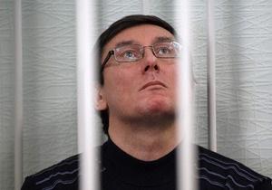 Суд не разрешил Луценко покинуть стеклянный бокс