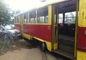 На Оболони сошедший с рельсов трамвай повредил три автомобиля