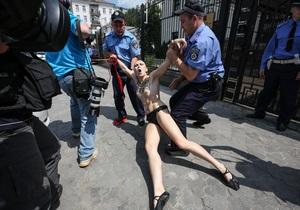 В Киеве обнаженная девушка призналась в любви Путину