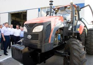 Янукович сел за руль трактора