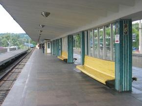 Поезд метро задержался на станции Гидропарк из-за того, что пассажиру стало плохо