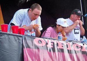 Чемпион мира по поеданию хот-догов оказался первым и по поеданию мексиканских буррито
