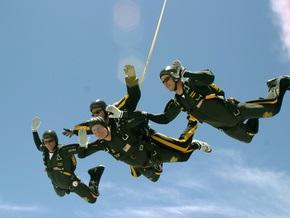 Буш-старший на 85-летие прыгнет с парашютом
