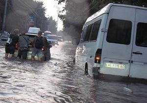 В Днепропетровске из-за дождя залило улицы, машины плывут по дорогам