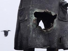 Поврежденный взрывом памятник Ленину в Петербурге демонтируют
