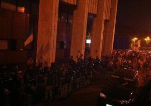 СМИ: Под Украинский дом стянули более тысячи беркутовцев