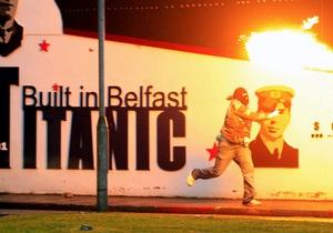 В Белфасте участников столкновения между протестантами и католиками разгоняли водометами и резиновыми пулями