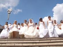 Полсотни невест прошлись парадом по Киеву