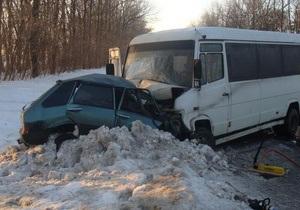 В Винницкой области легковой автомобиль протаранил микроавтобус, есть жертвы