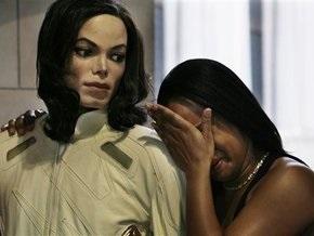 Тысячи фанатов Джексона собираются у его дома детства, больницы, где он умер и на Таймс-Сквер в Нью-Йорке