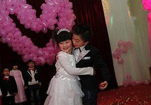 В Китае прошла массовая свадебная церемония с участием более 100 детей