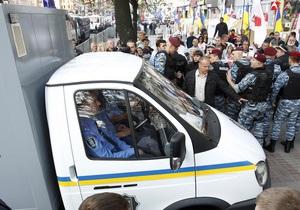 Автозак c Тимошенко покинул двор суда в плотном кольце милиции