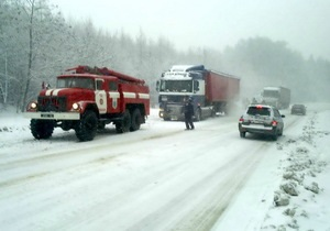 непогода - движение транспорта - снегопад - В Киевской области в связи с ухудшением погодных условий введено ограничение движения на трассе Киев-Чоп