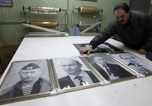 Фотогалерея: С Путина по нитке. Под Питером шьют гобеленовые портреты премьера России