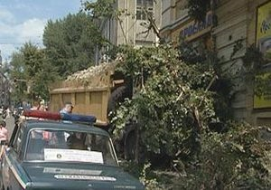 В Киеве грузовик врезался в стену дома