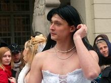 Фотогалерея: Львов. Парад невест и мужчина в свадебном платье